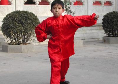 Kind im roten Kung Fu Anzug