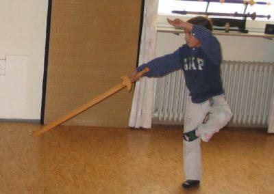 Mädchen beim Wu Shu Schwert-Training