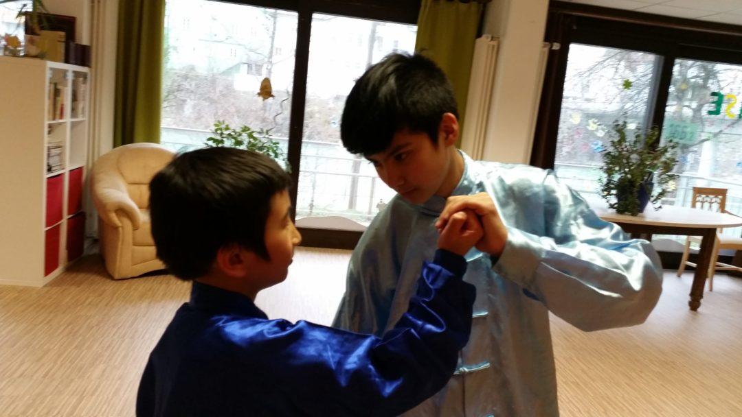Zwei Kinder beim Partnertraining der Kung Fu Schule Allgäu